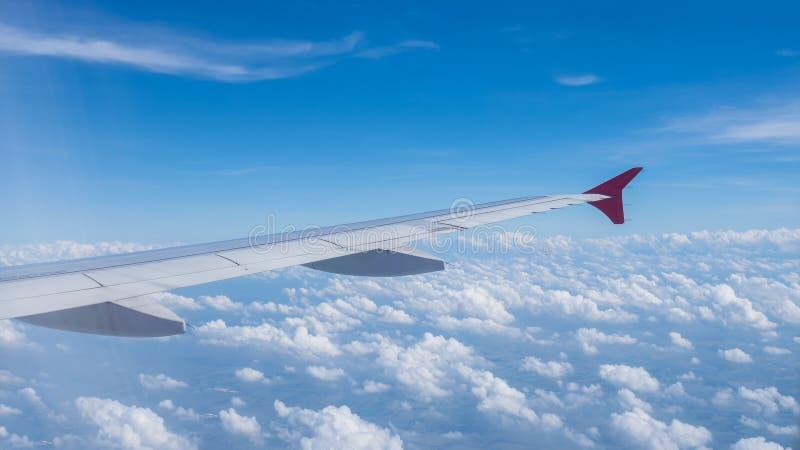 Ala di aereo su cielo blu e sulle nuvole in natura immagine stock