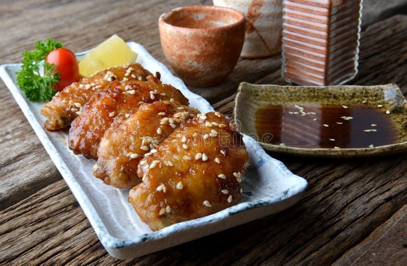Ala di pollo fritto con salsa piccante nello stile giapponese fotografie stock libere da diritti