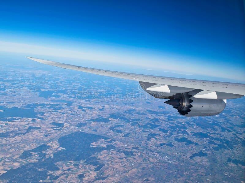 Ala di un aereo con il motore a propulsione fotografie stock