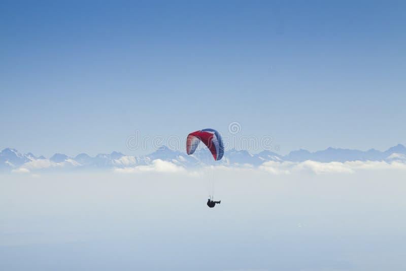 Ala flexible en Mid Air, montañas de Tatra fotos de archivo