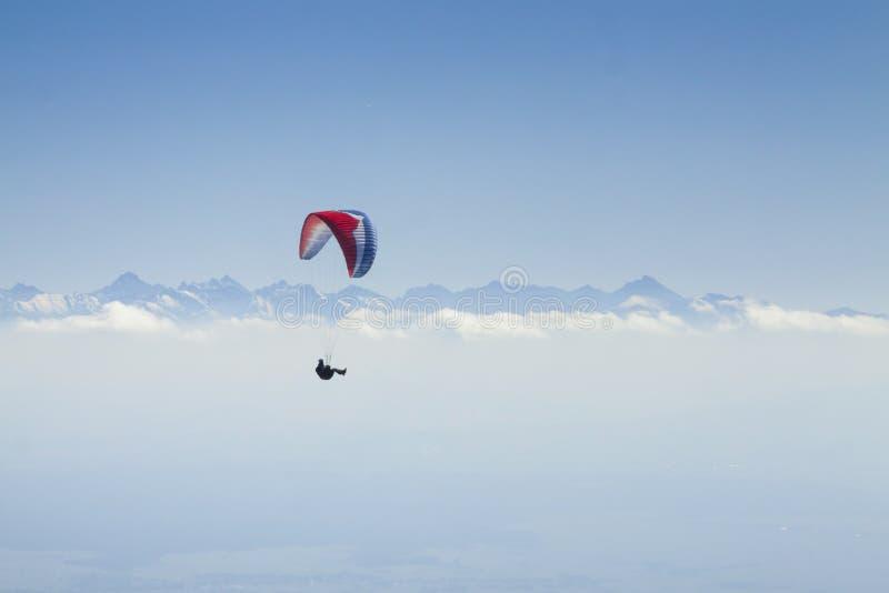 Ala flexible en Mid Air, montañas de Tatra imagen de archivo libre de regalías