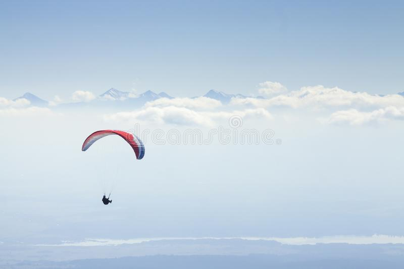 Ala flexible en Mid Air, montañas de Tatra foto de archivo