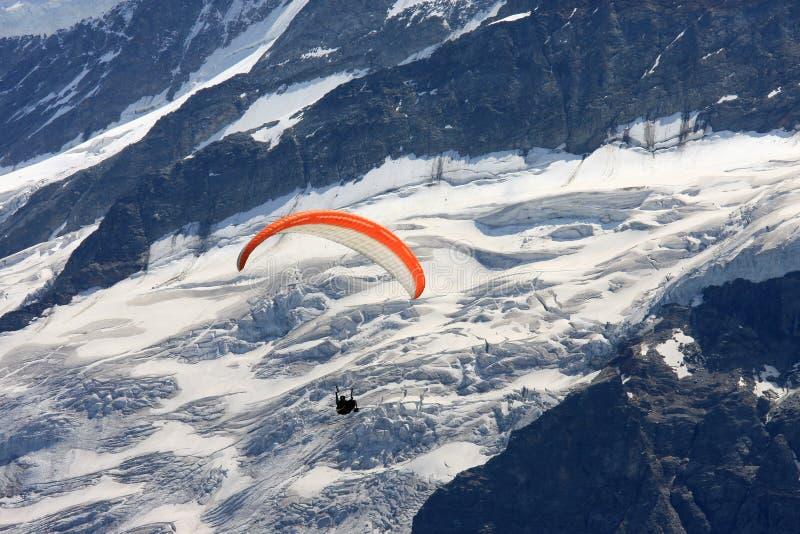 Ala flexible sobre el glaciar superior de Grindelwald imagenes de archivo