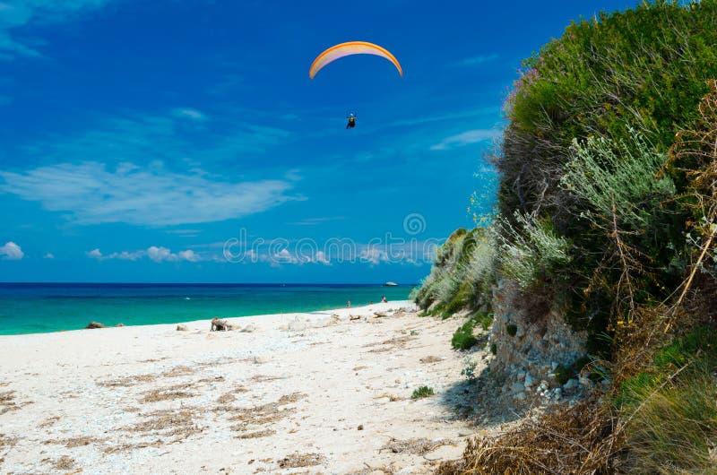 Ala flexible sobre la playa de Kalamitsi fotografía de archivo