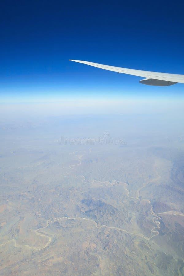 Ala plana sobre paisaje de las montañas fotos de archivo