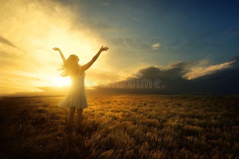 Alabanza en la puesta del sol imagen de archivo libre de regalías