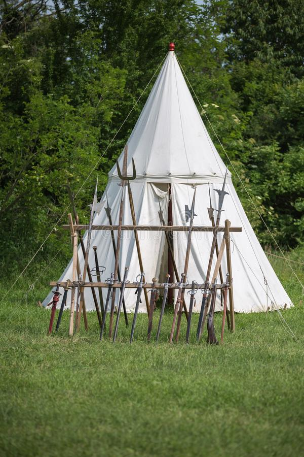 Alabardy, Średniowieczne słup dzidy, bronie i Biały namiot w tle, fotografia royalty free