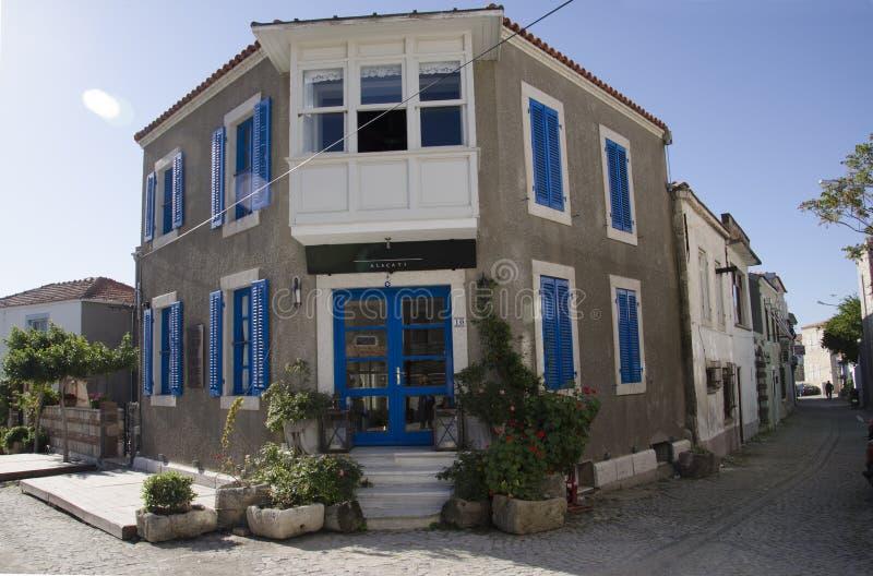 Alacati heeft een prachtige die dorpspoort, met sjaals, kant, klassieke blauwe geschilderde deur wordt verfraaid royalty-vrije stock afbeelding