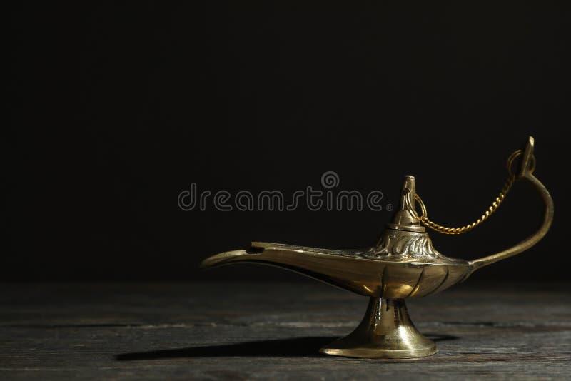 Aladdin Lamp m?gico en la tabla de madera fotos de archivo