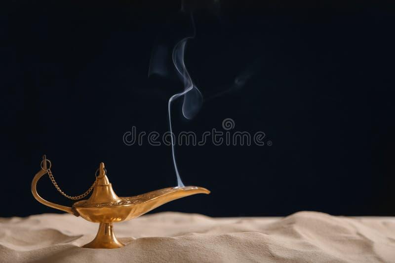 Aladdin lampa życzenia na piasku obraz royalty free