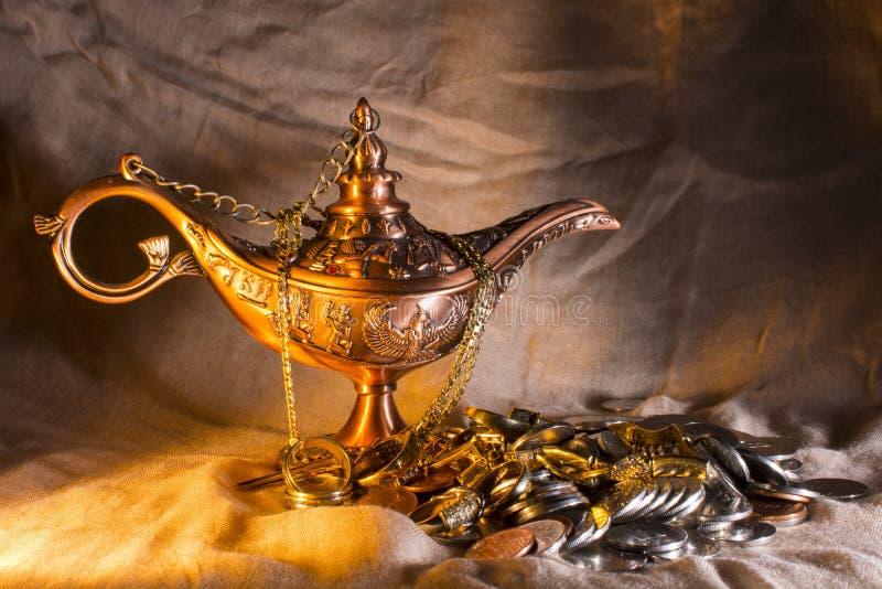 Aladdins lampa och skatt royaltyfria bilder
