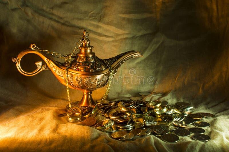 Aladdins lampa och skatt arkivbilder