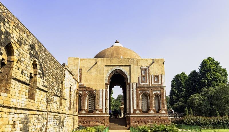 Alai Darwaza eller Alai port, ingången till denislam moskén på det Qutub Minar komplexet i New Delhi arkivbild