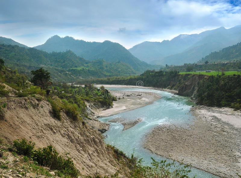Alaknanda flodkanal royaltyfri foto