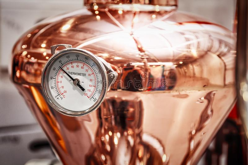 Alambique de cobre para hacer el alcohol foto de archivo