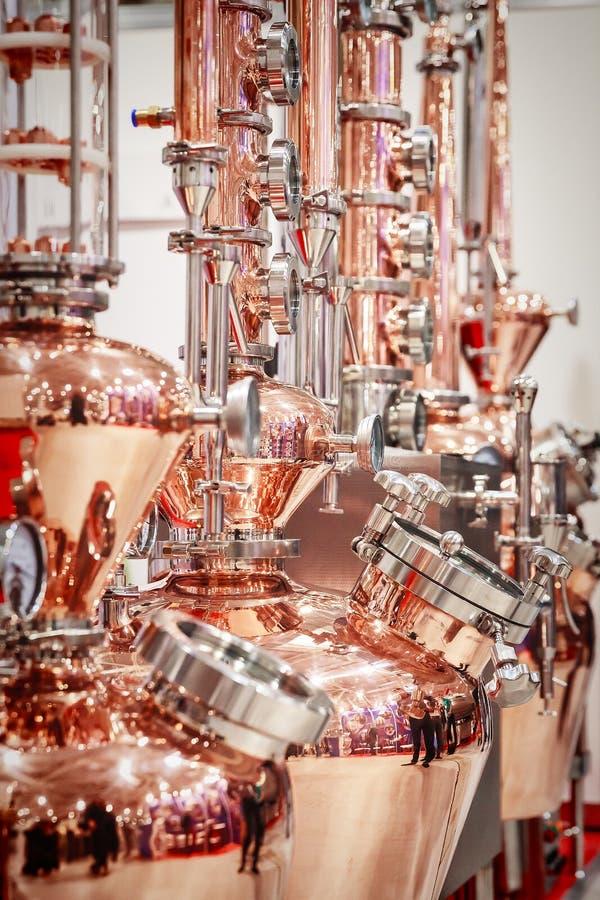 Alambique de cobre para hacer el alcohol imagen de archivo