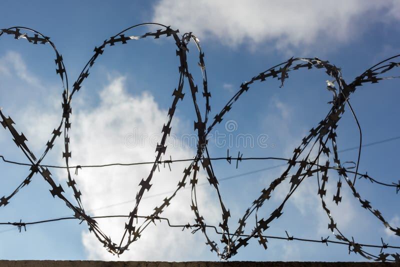 Alambre de púas de la prisión foto de archivo libre de regalías