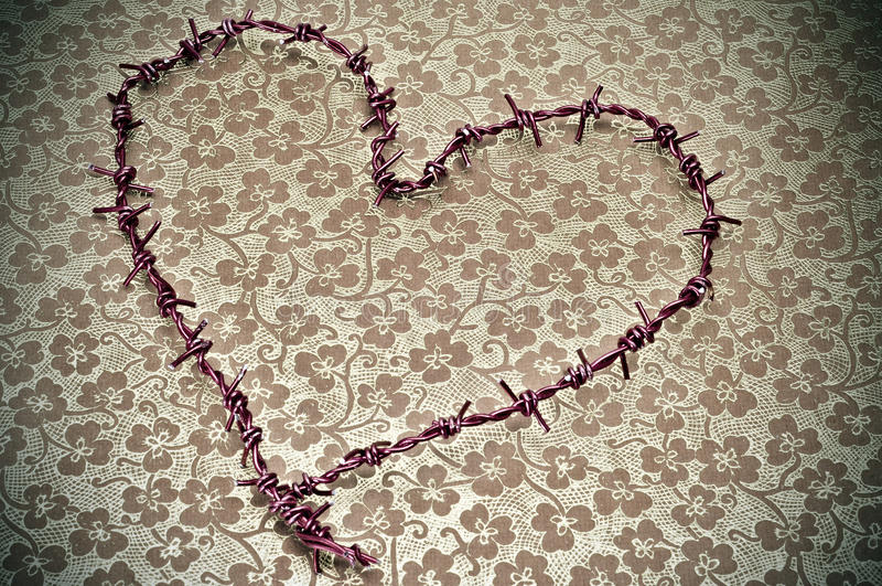 Alambre de púas en forma de corazón foto de archivo
