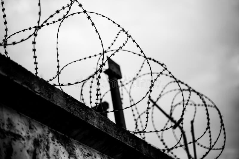 Alambre de púas, un símbolo de los lugares para los criminales imagen de archivo