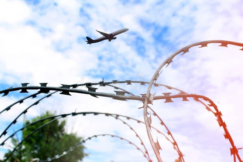 Alambre de púas y aeroplano fotografía de archivo libre de regalías
