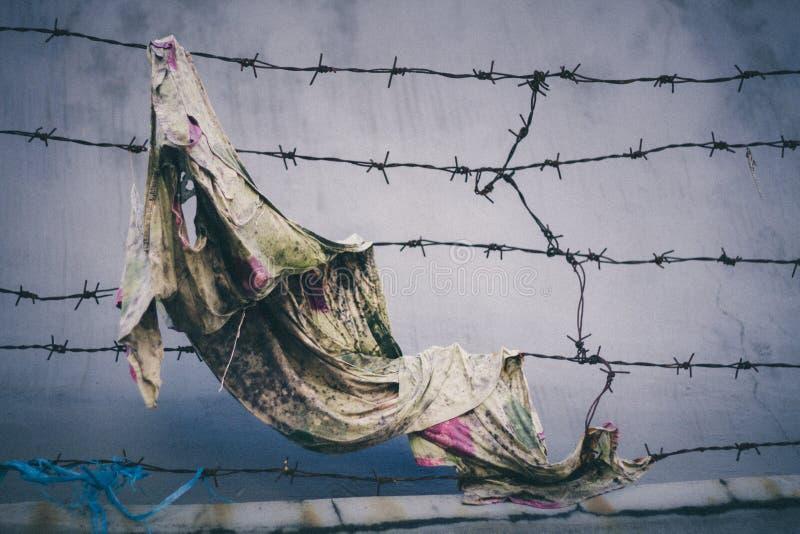 Alambre de púas y tela sucia foto de archivo libre de regalías