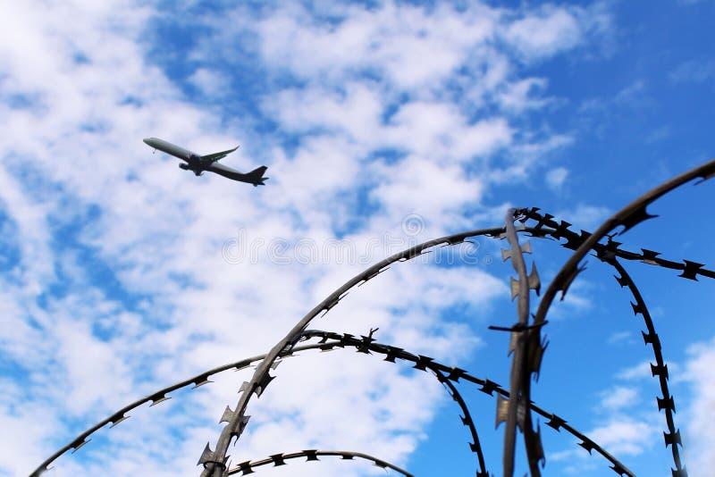 Alambre de púas y un aeroplano imagenes de archivo
