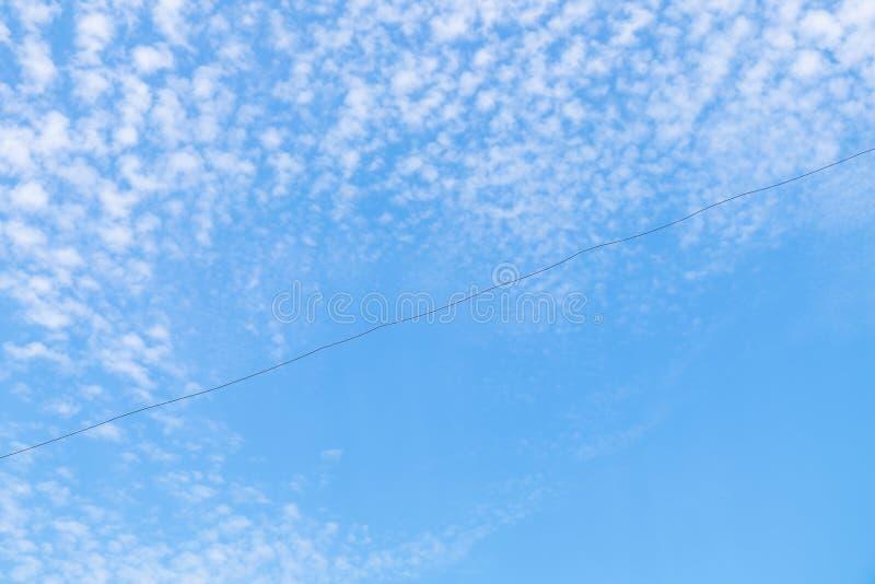 Alambre en el cielo azul imagen de archivo