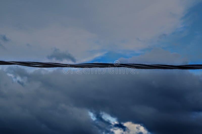 Alambre en el cielo imagenes de archivo