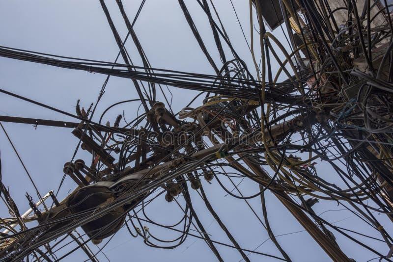 Alambres atados al polo eléctrico, al caos de cables y al wir fotos de archivo libres de regalías