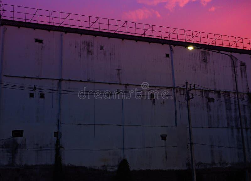 Alambres de la silueta de la prisión y atalaya de púas de la prisión en Neapolis, Creta, en la puesta del sol imagen de archivo libre de regalías