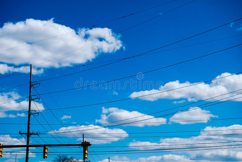 Alambres eléctricos en cielo azul fotografía de archivo