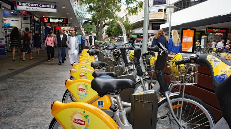 A alameda Brisbane Austrália da rua da rainha, cidade amarela bikes imagens de stock