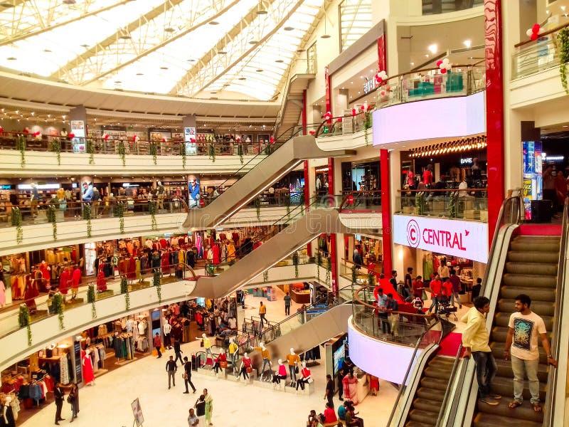 Alameda central de Vashi, Navi mumbai, Maharshtra, Índia, o 7 de novembro de 2018: opinião da alameda do lado com lote dos povos  imagem de stock