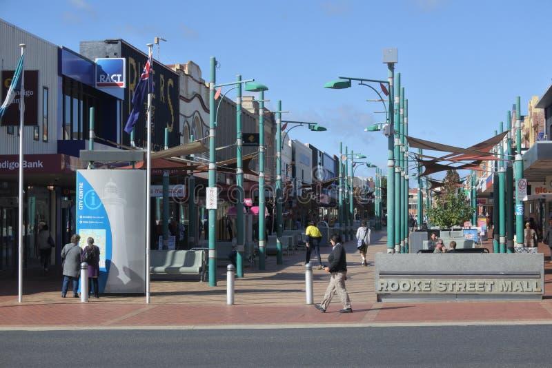 Alameda da rua das gralhas na cidade Tasmânia Austrália de Devonport fotografia de stock royalty free