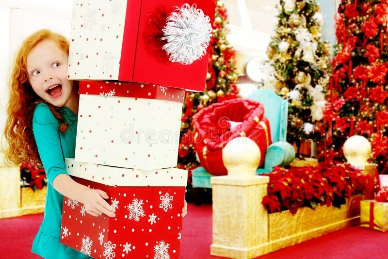 Alameda de compra do Natal da criança com a pilha de caixas imagem de stock royalty free