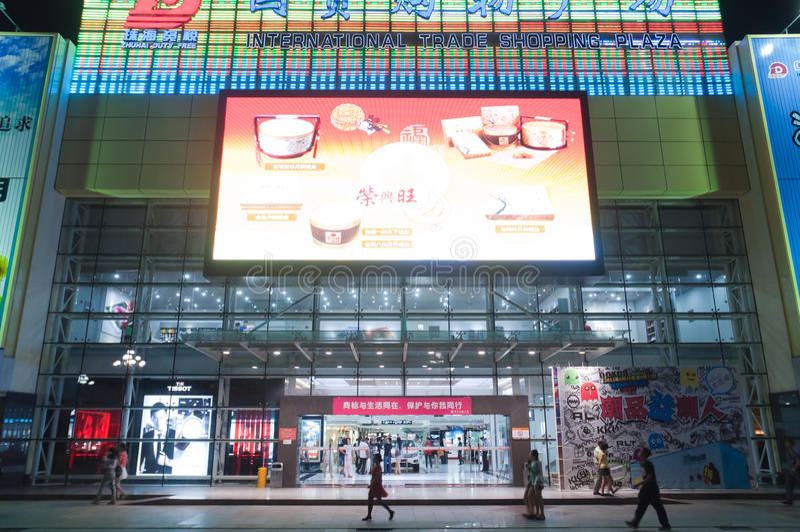 Alameda de compra na cidade da noite fotografia de stock royalty free