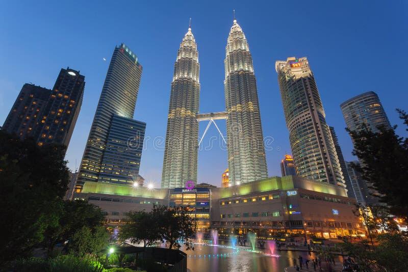 Alameda de compras de Suria KLCC en Kuala Lumpur en la hora azul foto de archivo