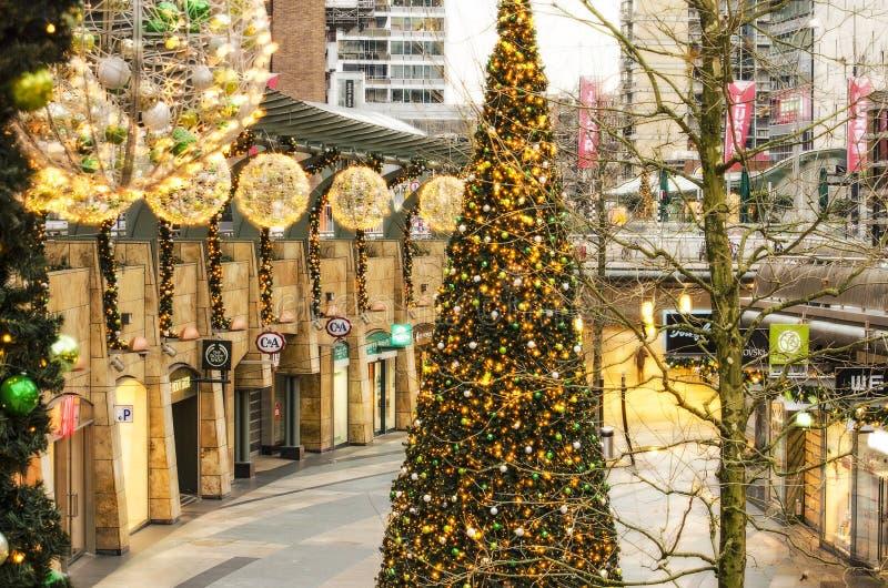 alameda de compras el día de la Navidad imágenes de archivo libres de regalías
