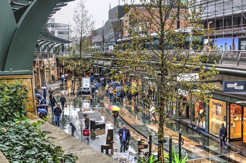 Alameda de compras en un día lluvioso fotos de archivo