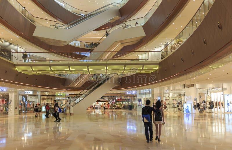Alameda de compras ocupada del interrior en Guangzhou China; pasillo moderno del centro comercial; almacene el centro; ventana de foto de archivo