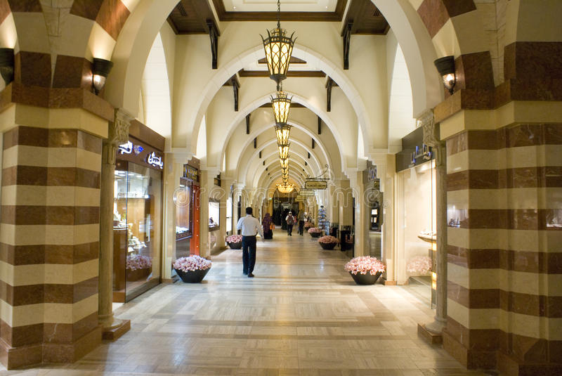 Alameda de Dubai dentro do souq do ouro fotos de stock royalty free
