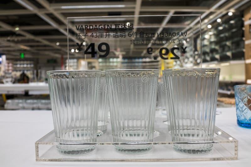 Alameda de Shenzhen IKEA, originando de uma corrente n?rdica do armaz?m, vende a mob?lia montada e igualmente fornece artigos do  foto de stock