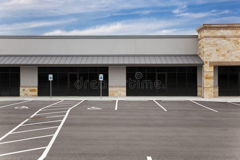 Alameda de tira - sinais e lote de estacionamento em branco imagens de stock royalty free