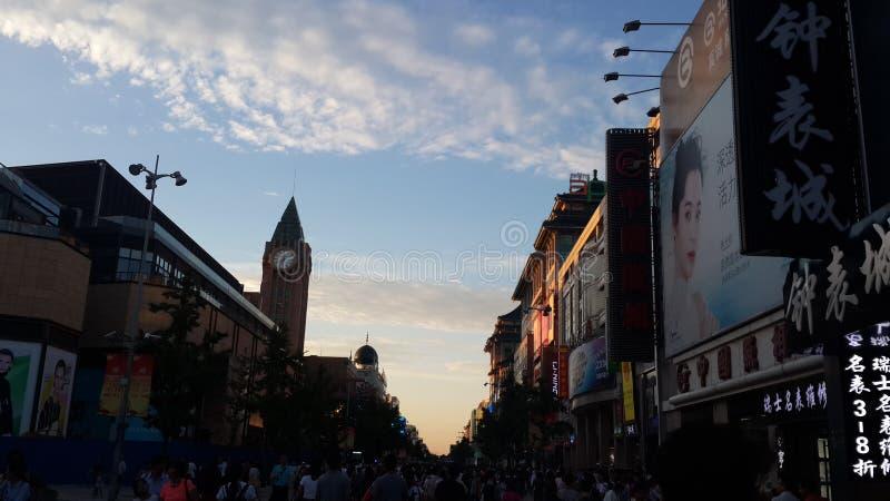 Alameda en la puesta del sol, Pekín de Wangfujing fotografía de archivo libre de regalías