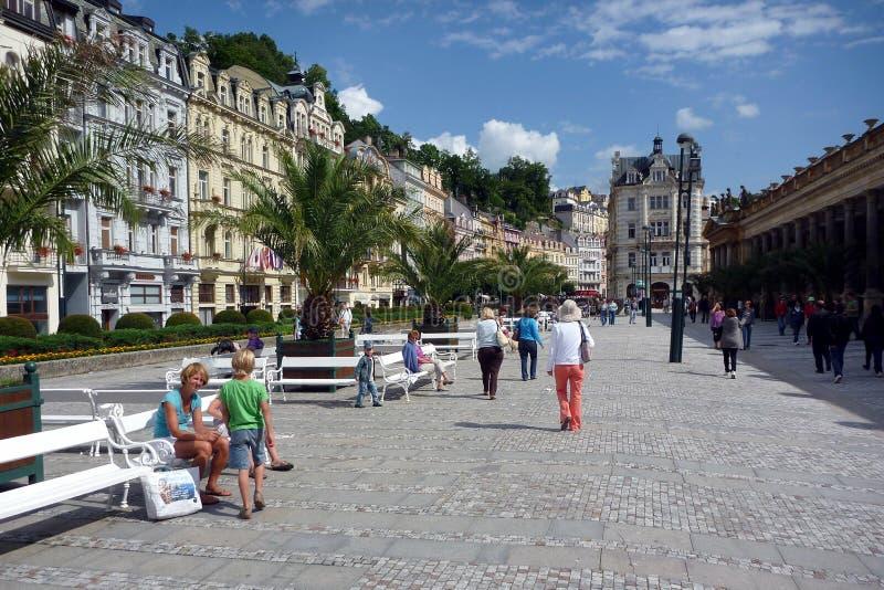 A alameda pedestre principal, karlovy histórico varia, República Checa imagens de stock