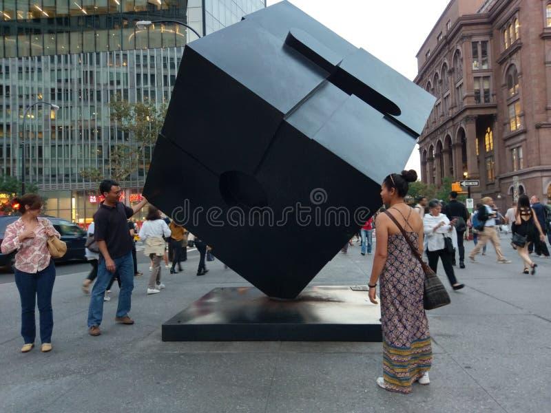 Alamo Astor miejsca sześcianu rzeźba w Manhattan, Miasto Nowy Jork obraz stock