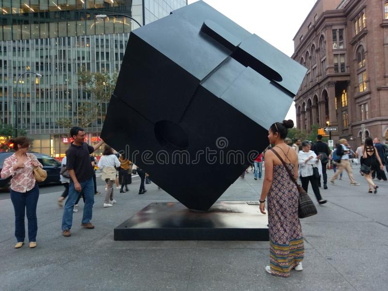 Alamo Astor Place Cube Sculpture i Manhattan, New York City fotografering för bildbyråer