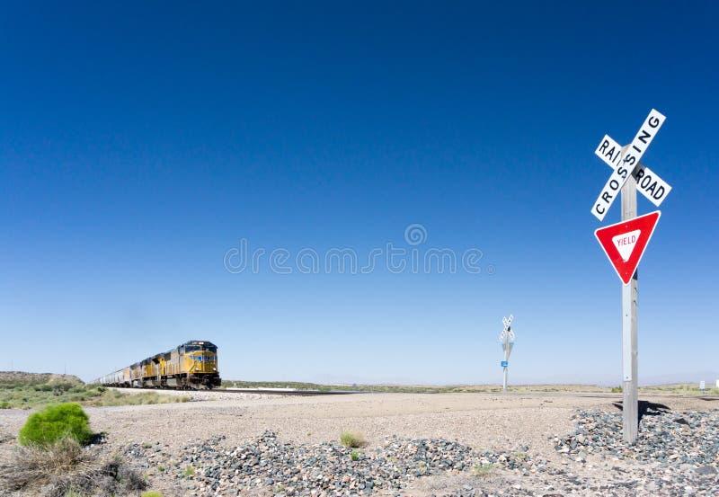 Alamogordo, nanômetro/Estados Unidos - 10 de julho de 2016: O trem de mercadorias pacífico da união cruza um cruzamento de estrad foto de stock