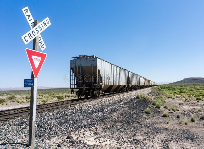 Alamogordo, nanômetro/Estados Unidos - 10 de julho de 2016: O trem de mercadorias pacífico da união cruza um cruzamento de estrad imagem de stock royalty free