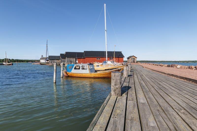 Alandeilanden, Finland - Juli 12, 2019 - Weergeven van de dijk met jachten op de Aland-Eilanden Kust van de Oostzee stock foto